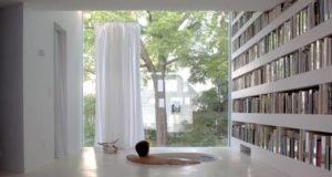 Дизайн тонкого дома с полупрозрачным фасадом