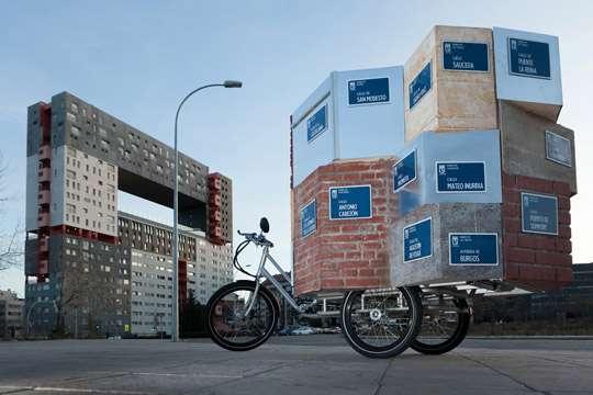 На мотоцикл повесили углы улиц со всего города
