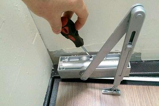 Как установить и отрегулировать дверной доводчик своими руками