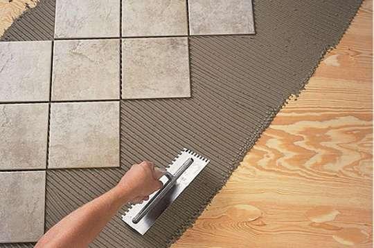 Как уложить плитку на деревянный пол