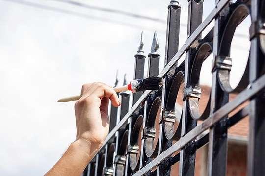Оновлюємо фарбоване покриття металевої огорожі