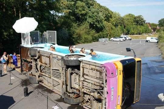 Старый автобус превратили в общественный бассейн