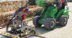 Как работает укладчик дорожной плитки. Фото и видео